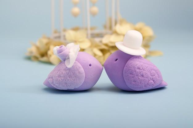 Casal apaixonado de pássaros de argila de polímero. conceito de casamento
