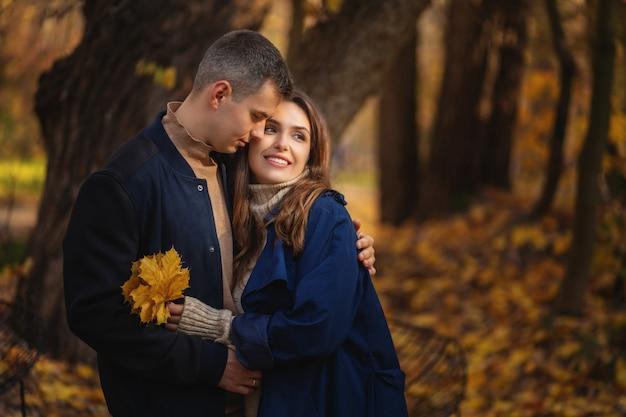Casal apaixonado, desfrutando de um lindo dia de outono.
