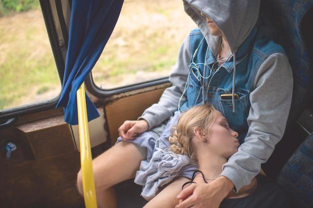 Casal apaixonado, dormindo e abraçando no ônibus