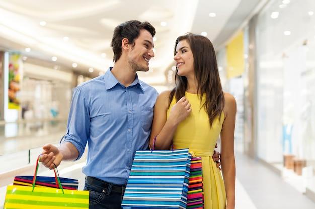 Casal apaixonado durante as compras