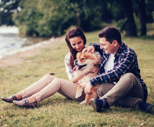 Casal apaixonado e cachorro chow chow