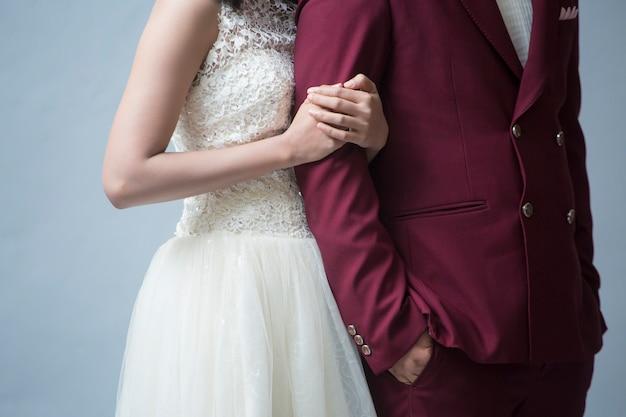 Casal apaixonado e feliz em fundo cinza