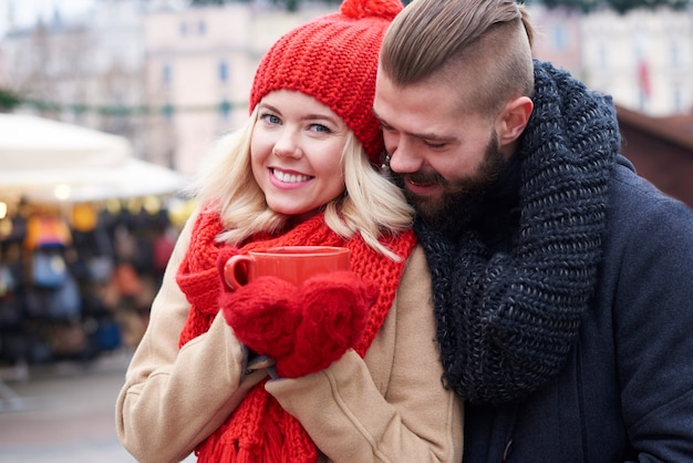 Casal apaixonado e xícara de café vermelha