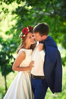 Casal apaixonado em natureza closeup