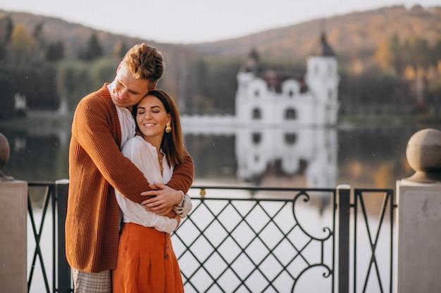 Casal apaixonado em pé junto ao lago