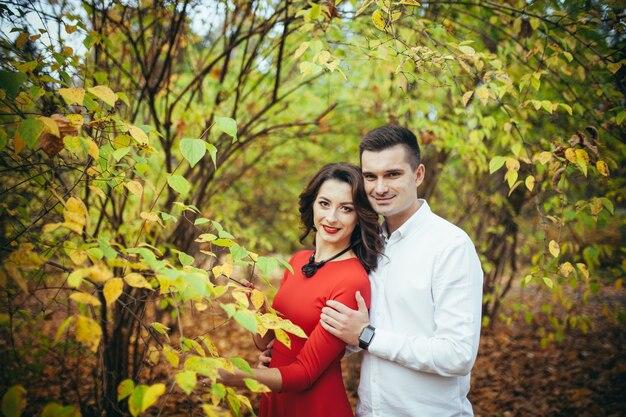 Casal apaixonado em primeiro encontro no parque