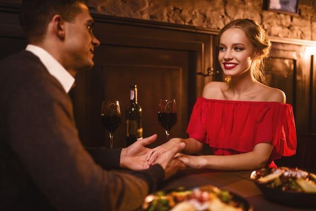 Casal apaixonado em restaurante, noite romântica