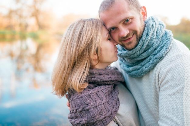 Casal apaixonado em retrato romântico de roupas de malha
