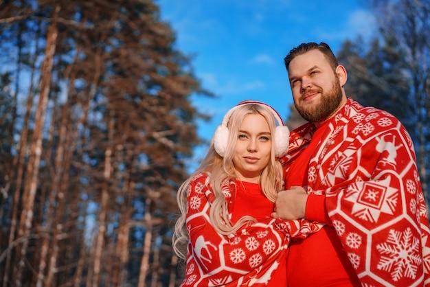 Casal apaixonado em um passeio no inverno, um relacionamento romântico entre um homem e uma mulher