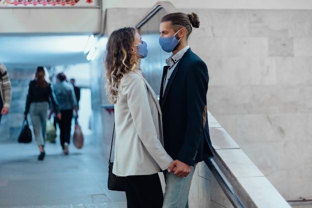 Casal apaixonado em um túnel de metrô