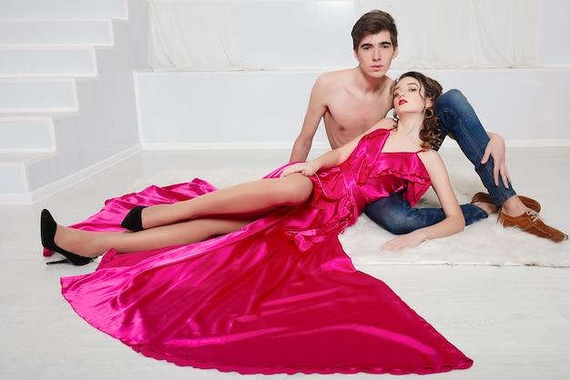 Casal apaixonado em vestidos de noite elegantes
