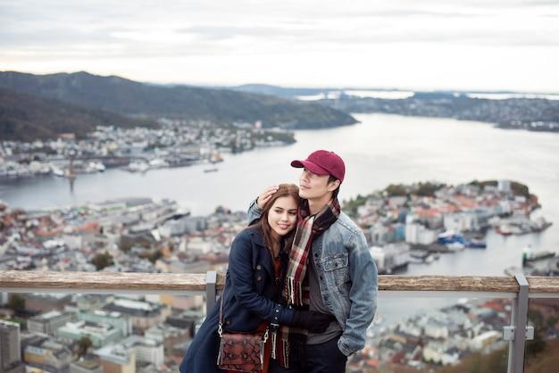 Casal apaixonado está curtindo viajar em bergen, noruega