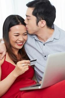 Casal apaixonado, fazer compras on-line juntos