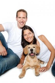 Casal apaixonado filhote de cachorro golden retriever