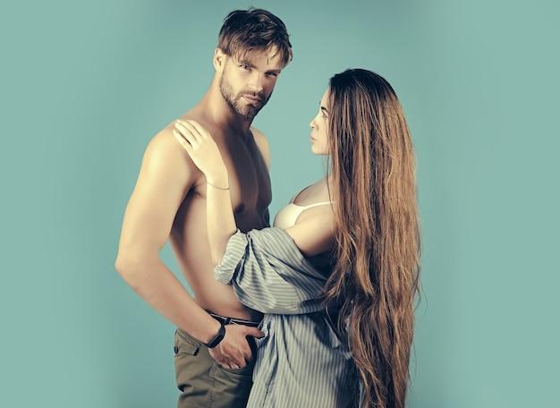 Casal apaixonado. garota em contato com homem com torso nu.