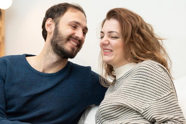 Casal apaixonado homem com mulher feliz juntos casual feliz amam pessoas