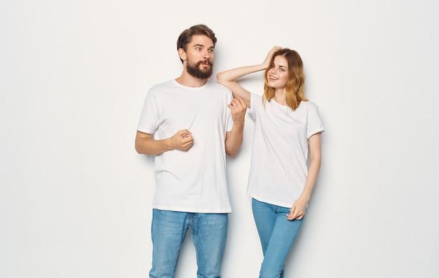 Casal apaixonado, homem e mulher luz fundo emoções divertidas as mesmas roupas.