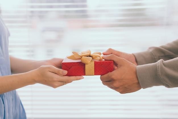 Casal apaixonado. homem romântico dando um presente para a namorada