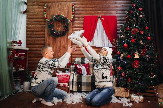 Casal apaixonado jogando neve artificial