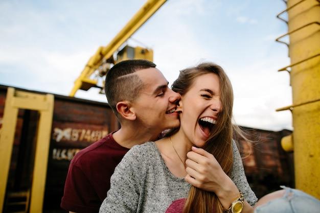 Casal apaixonado. jovem homem divertidamente morder a orelha da namorada. história de amor.