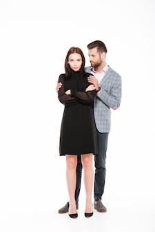 Casal apaixonado jovem ofendido jura isolado