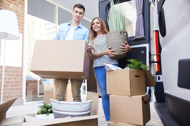 Casal apaixonado, movendo-se para nova casa