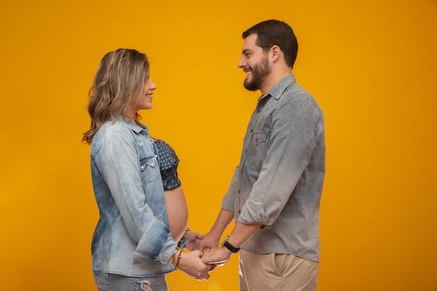 Casal apaixonado, mulher grávida.