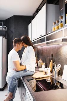 Casal apaixonado na cozinha. beijo de homem e mulher. esposa com marido, parentesco