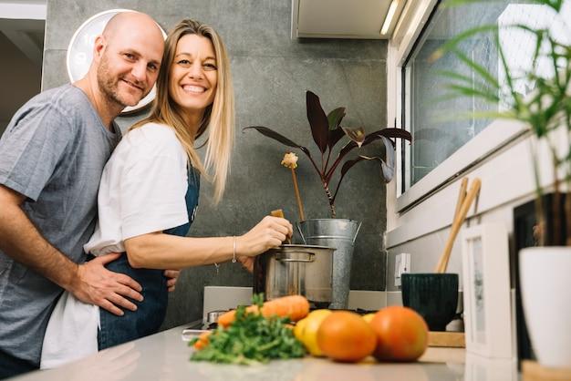 Casal apaixonado na cozinha