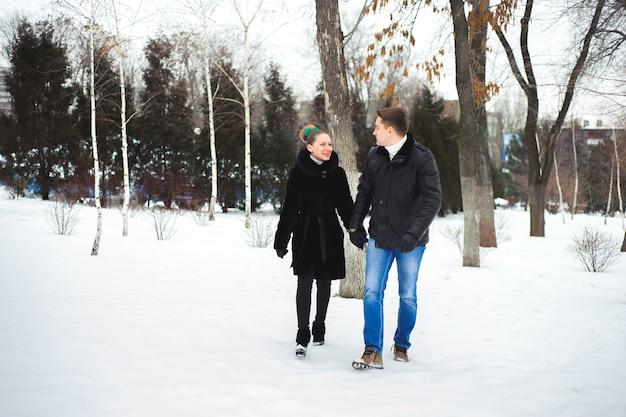 Casal apaixonado na floresta de inverno