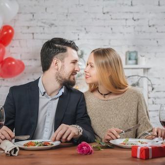 Casal apaixonado na mesa de jantar