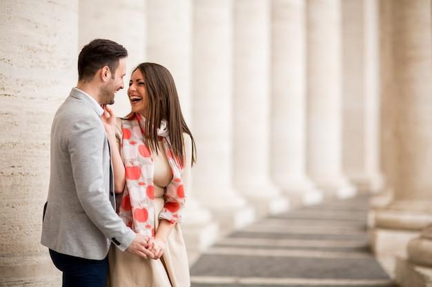 Casal apaixonado na praça de são pedro no vaticano