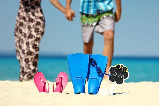 Casal apaixonado na praia com nadadeiras