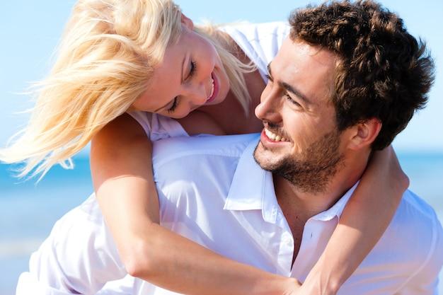 Casal apaixonado na praia de verão