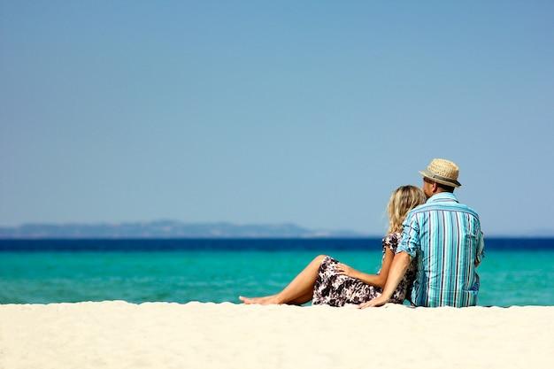 Casal apaixonado na praia no verão