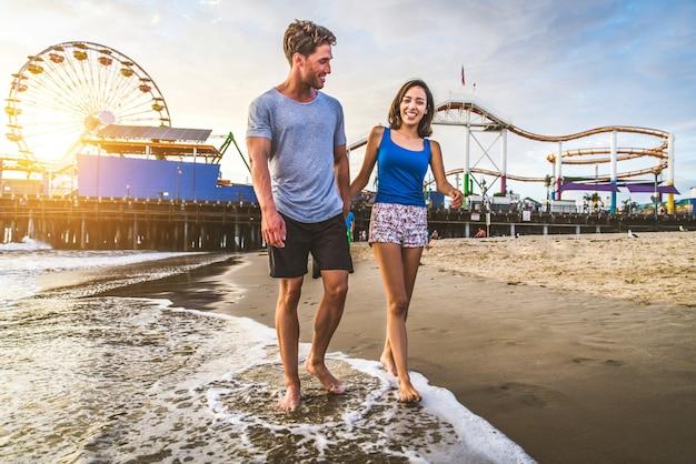 Casal apaixonado na praia