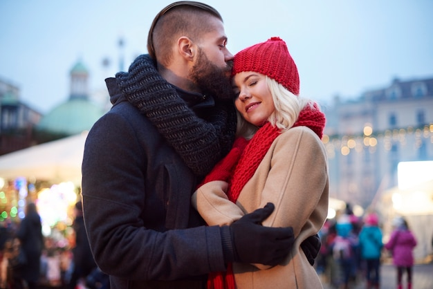 Casal apaixonado na rua