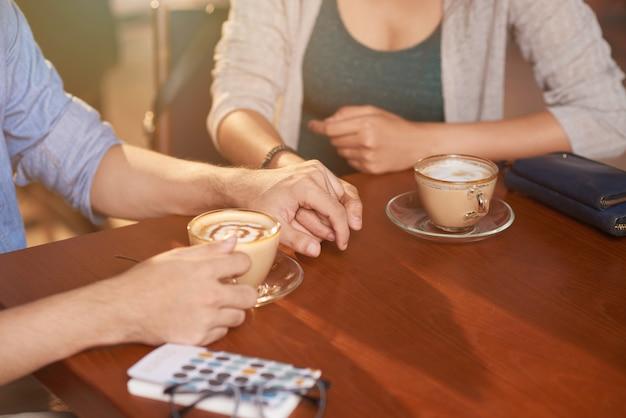 Casal apaixonado no café