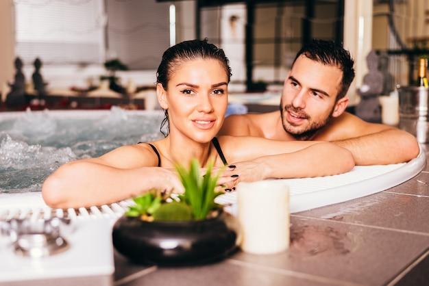 Casal apaixonado no centro de bem-estar