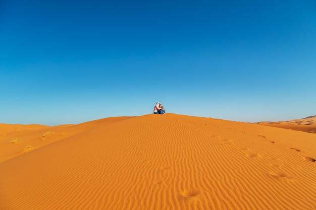 Casal apaixonado no deserto do saara.