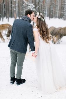 Casal apaixonado no dia da capina com rebanho de veados