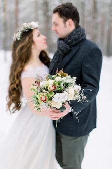 Casal apaixonado no dia da remoção de ervas daninhas