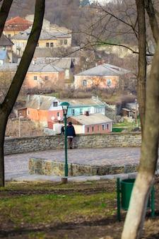 Casal apaixonado no fundo da cidade velha.