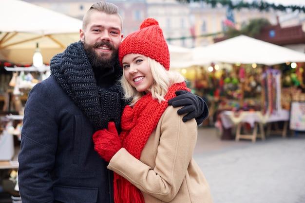 Casal apaixonado no mercado de natal