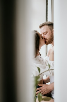 Casal apaixonado no quarto. morena esbelta. interior elegante.
