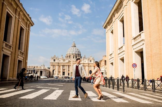 Casal apaixonado no vaticano, itália