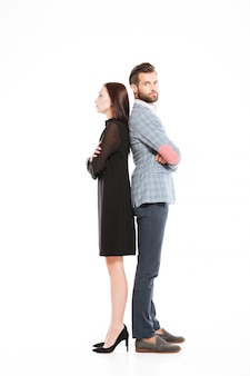 Casal apaixonado ofendido em pé isolado