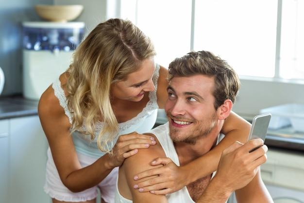Casal apaixonado olhando um ao outro na cozinha
