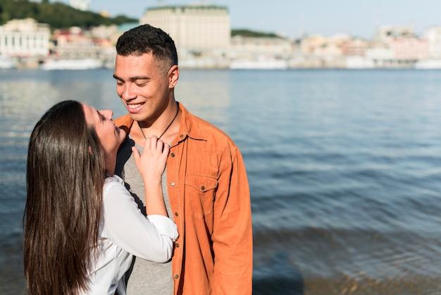 Casal apaixonado passando um tempo juntos na praia com espaço de cópia