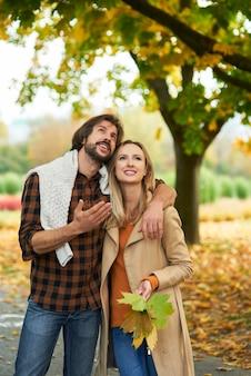 Casal apaixonado passeando por bosques coloridos